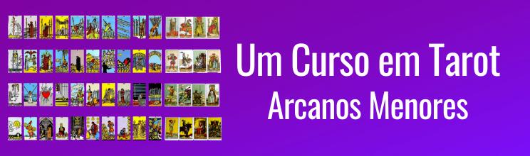 Logo horizontal do curso de Arcanos Menores do Tarot, com o nome do curso e uma imagem das 56 cartas em um fundo roxo, degradê.